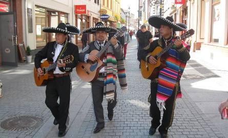 Trio Mariachi z Meksyka przeszło ulicami miasta, aby zapowiedzieć dzisiejszy koncert wieczorem.