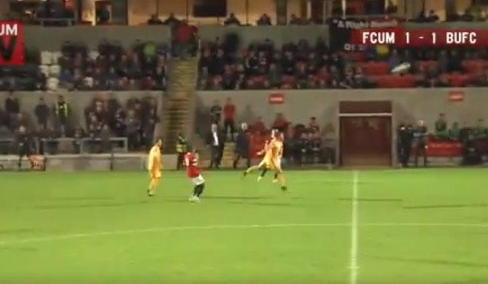 Film do artykułu: Kuriozalny gol po strzale byłego reprezentanta Polski. Zobacz bramkę Stefana Galińskiego w meczu FC United a Basfordem