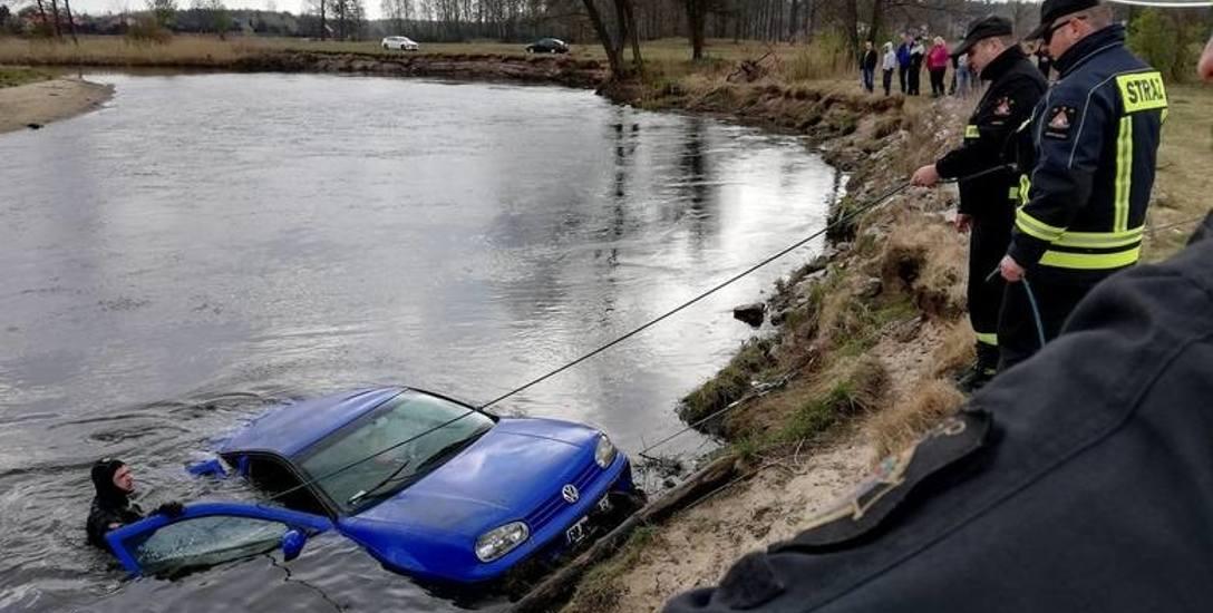 Pijany kierowca pomylił biegi. Wrzucił wsteczny i wjechał autem do rzeki