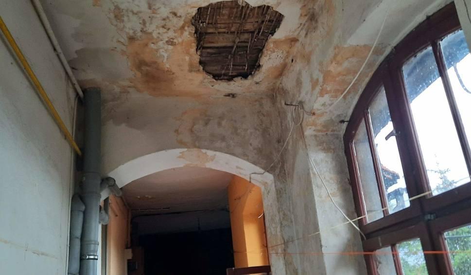 Film do artykułu: W kamienicy w Witnicy po ostatniej ulewie trzeba było na korytarzu wiadro ustawić