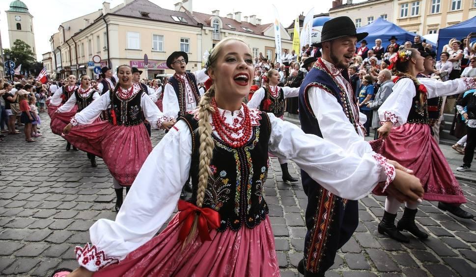 Film do artykułu: Tancerze z 34 krajów przyjechali na festiwal polonijny do Rzeszowa. To XVIII edycja tego wydarzenia