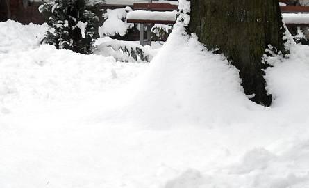 Przejść przez takie zwały śniegu nie jest łatwo