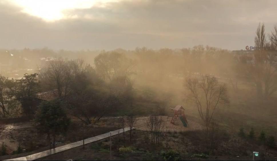 Film do artykułu: Poznań: Żółty, gęsty dym nie daje żyć mieszkańcom Junikowa. Skarżą się, że nie mogą oddychać. Zobacz wideo