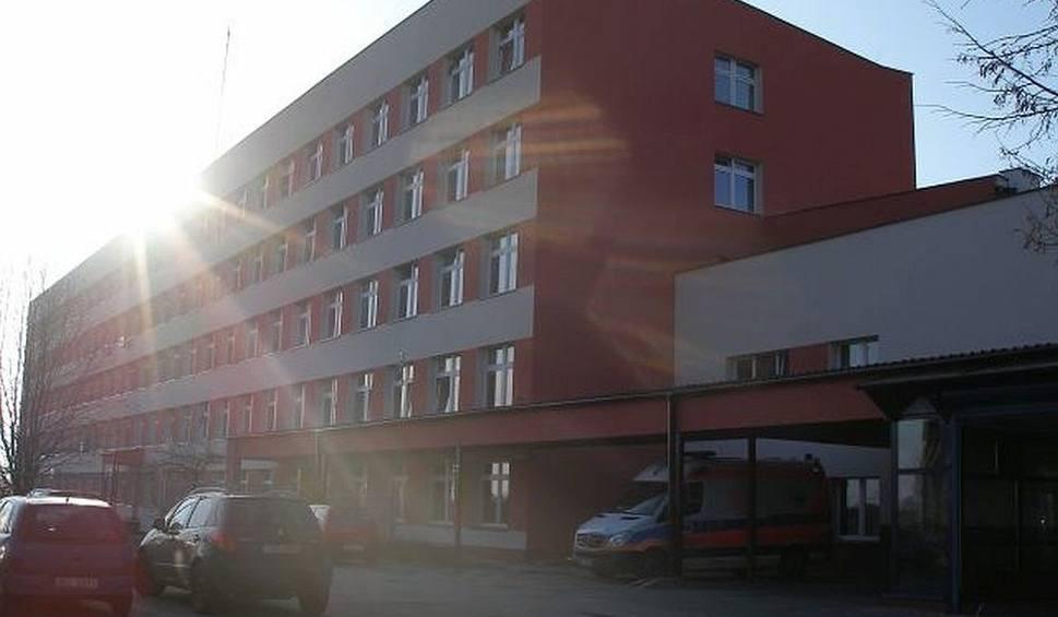 Film do artykułu: Śmierć w szpitalu w Lipsku. Mieszkaniec Pionek źle się poczuł. 65-latka zabrała karetka, ale jeździł od szpitala do szpitala. W końcu zmarł