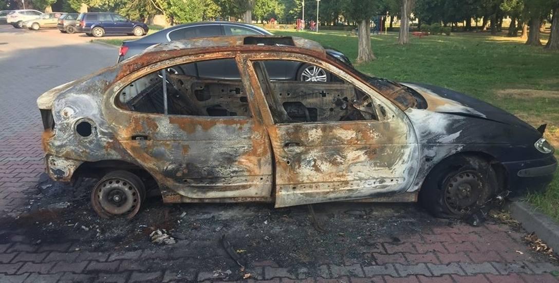 Przez wiele tygodni spalony wrak straszył mieszkańców bloku i przechodniów. Od niedawna jest przykryty płachtą.