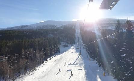 Dużo śniegu i coraz lepsze warunki pogodowe - tak kuszą narciarzy i turystów sudeckie ośrodki narciarskie. Zmiana pogody, którą przyniósł nam wyż Brygida,