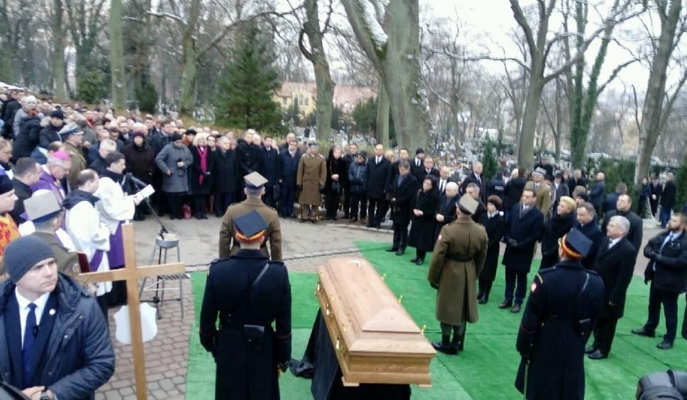 Film do artykułu: Pogrzeb Jolanty Szczypińskiej 17.12.2018 roku . Ostatnie pożegnanie zmarłej posłanki odbyło się w poniedziałek w Słupsku