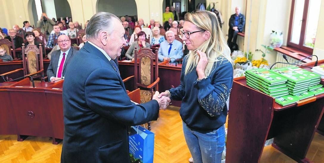 Człowiek legenda bydgoskiego ogrodnictwa - Ryszard Pukszto - wręcza nagrodę jednej z laureatek