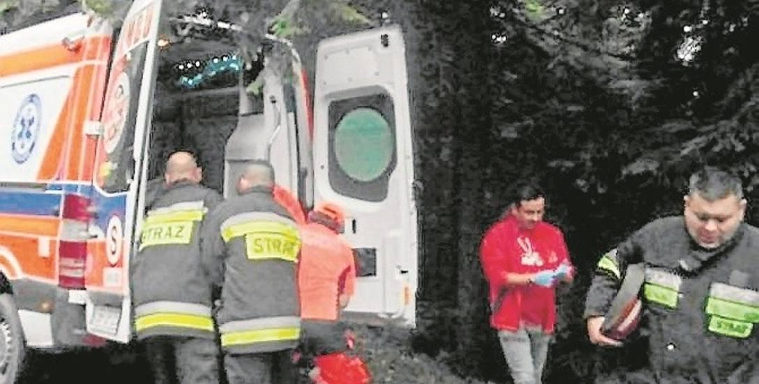 Wczoraj rano na ratunek grzybiarzowi uwięzionemu w leśnym dole pospieszyli ratownicy pogotowia oraz strażacy z OSP.