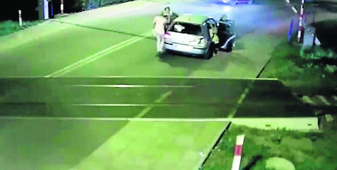 To był niewątpliwie najgłośniejszy wypadek w tym sezonie - kierująca samochodem zagadała się,  i uderzając w rogatki przejechała przez tory na ul. Franciszkańskiej,tuż