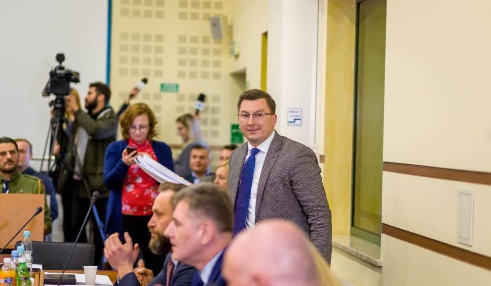 Film do artykułu: Karol Pilecki nowym przewodniczącym Sejmiku Województwa Podlaskiego. Sensacja! Trwa pierwsza, nerwowa sesja