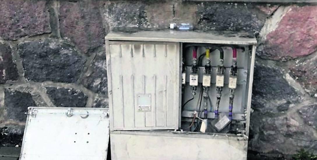 Tak wyglądała uszkodzona skrzynka energetyczna przy ulicy Limanowskiego przez kilka dni