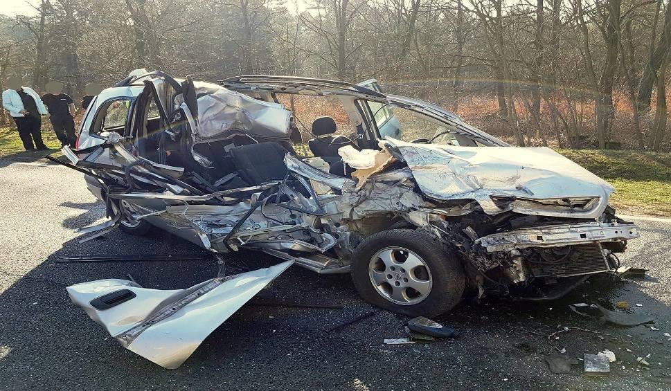 Film do artykułu: CYBINKA. Dramatyczny wypadek między Cybinką, a Drzeniowem. Samochód osobowy uderzył w tył ciężarówki