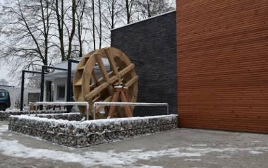 Przed nowym budynkiem na Młynku znalazło się... młyńskie koło nawiązujące do nazwy tego parku.
