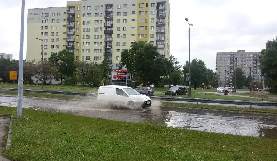 Film do artykułu: Sosnowiec zalany po ulewie. Burze na Śląsku i w Zagłębiu: grzmi, pada deszcz i grad UWAGA NA PIORUNY