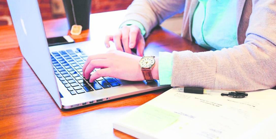 Dla wielu kobiet po przejściach internet wydaje się odpowiednim miejscem do poznania drugiej połówki. Czują się tam bezpieczne i anonimowe. Wydaje im