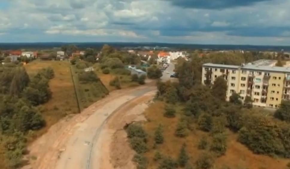 Film do artykułu: W Końskich powstaje ważna droga. To nowy dojazd od szpitala i otwarcie atrakcyjnych terenów dla budownictwa jednorodzinnego [WIDEO, ZDJĘCIA]