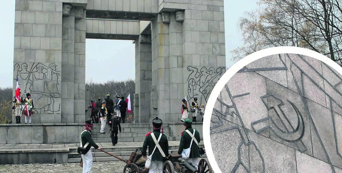 Komunistyczne symbole umieszczone są na tyle pomnika - przedstawiają flagę z sierpem i młotem i żołnierzy radzieckich.