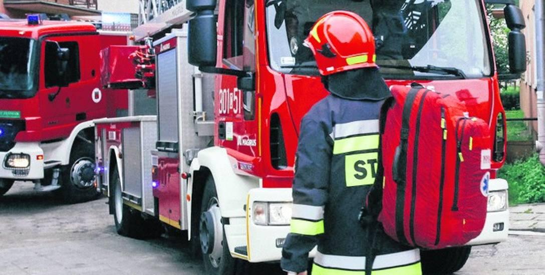 Strażacy przechodzą kurs kwalifikowanej pierwszej pomocy. Gdy w mieście  Brakuje wolnej karetki, to oni ruszają na pomoc pacjentom