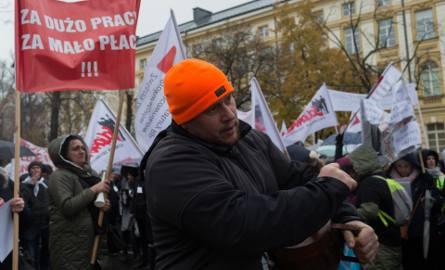 Sekretarze, pracownicy czytelni akt i archiwów sądowych protestowali w ubiegłym roku. Wciąż domagają się podwyżek.