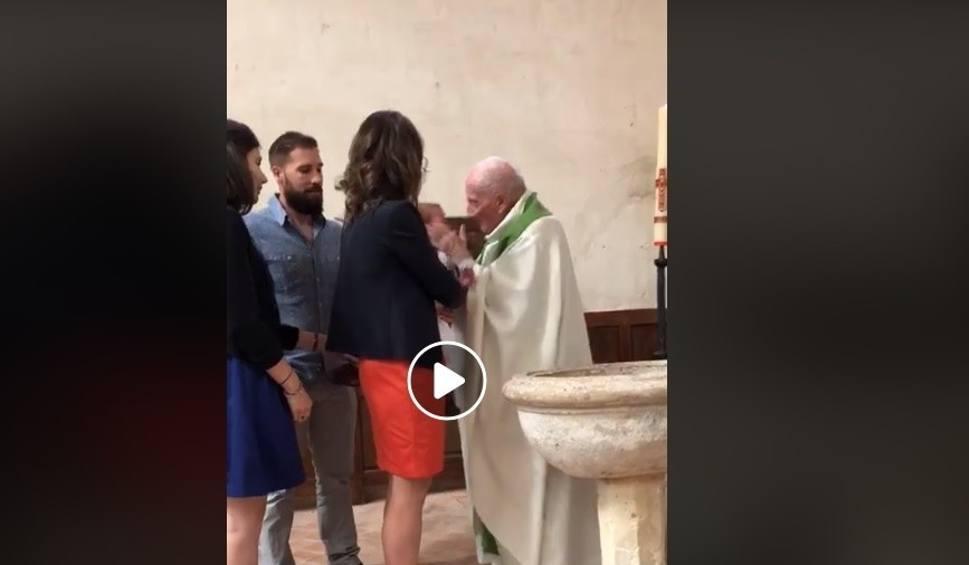 Film do artykułu: Ksiądz uderzył dziecko podczas ceremonii. Bulwersujące zachowanie duchownego [wideo] - 24.06.2018
