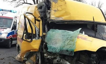 Do wypadku doszło dziś po godz. 6.20 między Krąpiewem a Wierzchucinem Królewskim. Kierowcę zakleszczonego w pojeździe musieli uwalniać strażacy.  Zdarzenie