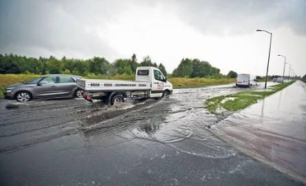Opady były tak silne, że studzienki nie nadążały z odprowadzaniem wody. Ulica Wołyńska w Koszalinie pod wodą była przez kilka  godzin