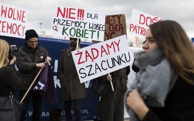 Kilkanaście osób zebrało się przed halą EXPO Kraków, by zaprotestować przeciwko udziałowi Rafała Ziemkiewicza w Targach Książki