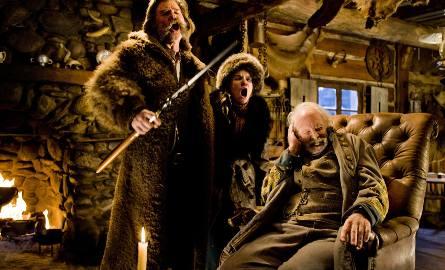 """""""Nienawistna ósemka""""Przez mroźne pustkowia Wyoming podróżują łowca nagród John Ruth oraz przestępczyni Daisy Domergue. Ze względu na"""