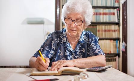 Dłużnikami wśród seniorów częściej są kobiety, które przejmują zobowiązania po swoich mężach.