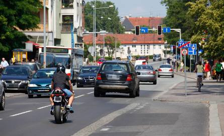 Prawa strona ulicy Spychalskiego (patrząc od strony Zaodrza) zostanie zamieniona w dodatkowy pas ruchu. Chodnik z tej strony pozostanie, ale będzie