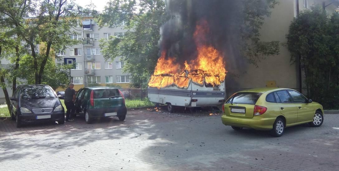 Dwóch mężczyzn spłonęło żywcem w przyczepie. Pożar powstał od zapalonego papierosa