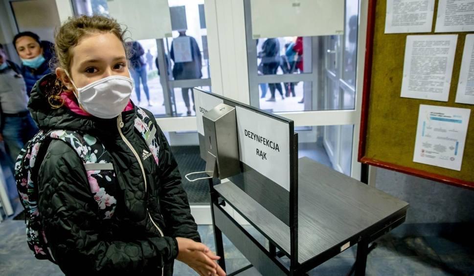Film do artykułu: Koronawirus atakuje szkoły na Śląsku. Uczniowie na kwarantannie. W woj. śląskim online pracuje już 11 placówek oświatowych