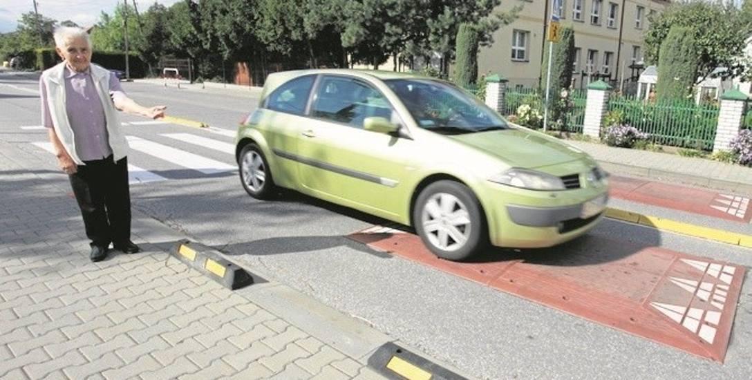 Władysława Bajda uważa, że teraz kierowcy muszą zwalniać, choć według niej, lepiej byłoby, gdyby próg zamontowano przed pasami