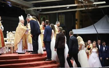 Wzięli ślub podczas pielgrzymki. Świadkami tysiące wiernych [ZDJĘCIA]
