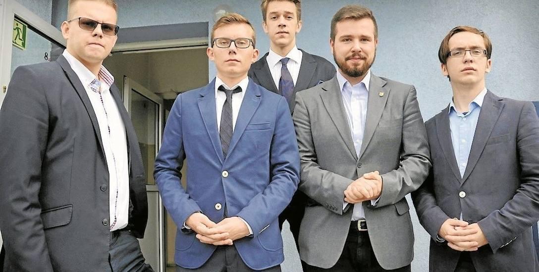 Jan Walczuk (drugi z lewej) mówi, że pomysł odrzucono z przyczyn politycznych. - Argumenty jakie usłyszeliśmy były absurdalne, np. że pomnik będzie miał