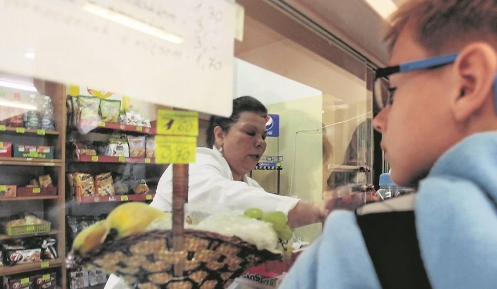 Film do artykułu: Nowe oblicze sklepików szkolnych. Uczniom brakuje drożdżówek [wideo]