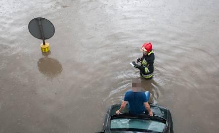 Po intensywnych deszczach i burzach, które wciąż przechodzą nad Słupskiem zalany został wiadukt na ul. Szczecińskiej. Pod wiaduktem utknął samochód osobowy