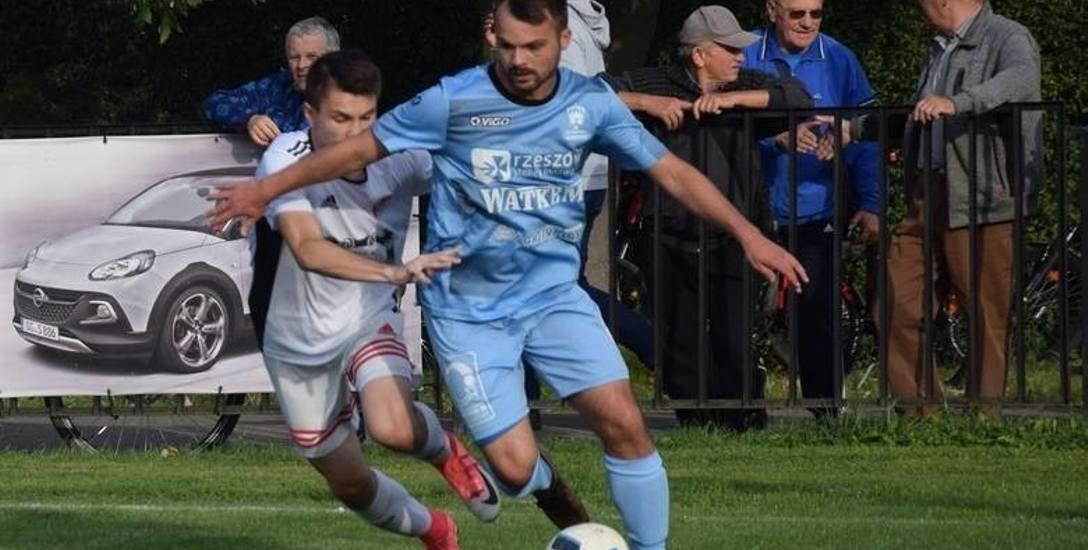 Maciej Maślany (na zdj. przy piłce) przyznaje, że chciałby grać w ataku, ale wie, iż dla dobra drużyny potrzebny był kompromis
