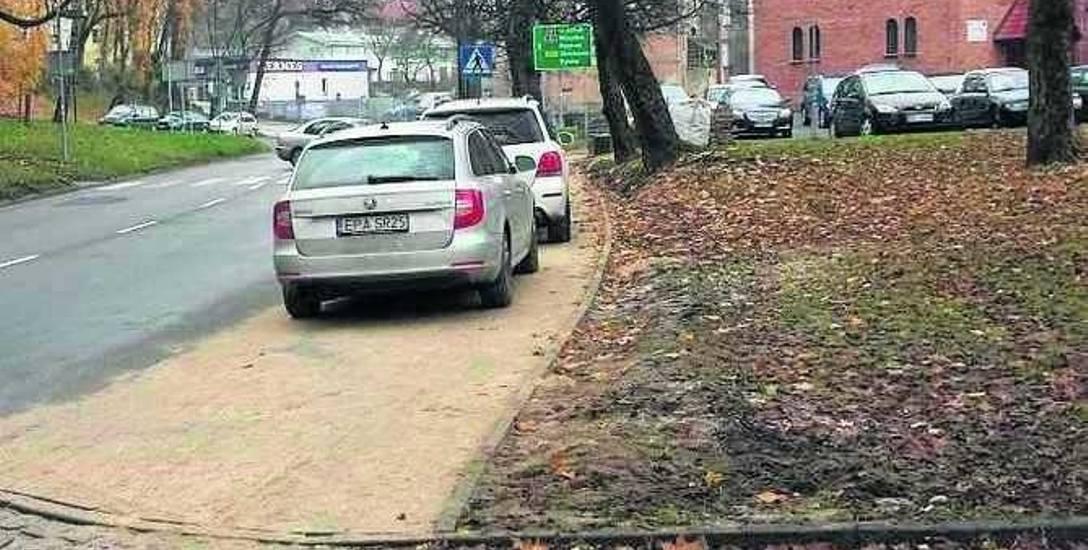 Mimo że to chodnik, kierowcy chętnie stawiają tu auta.