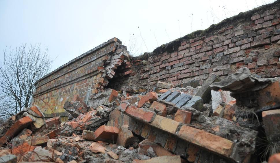 Film do artykułu: KOSTRZYN NAD ODRĄ. Katastrofa budowlana na Starym Mieście w Kostrzynie. Runęła ceglana ściana nadszańca na bastionie Król [ZDJĘCIA]
