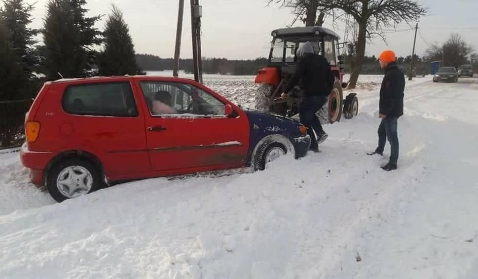 Film do artykułu: Trudne warunki drogowe na Jurze po intensywnych opadach śniegu. Samochody w zaspach ZDJĘCIA
