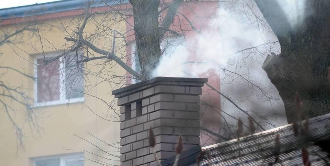 Straż miejska w Inowrocławiu karze za spalanie śmieci w paleniskach domowych