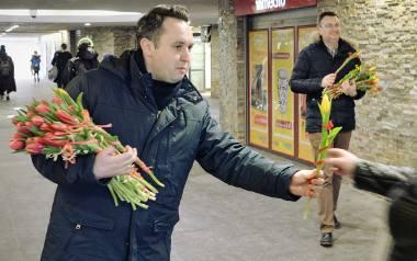 Dzień Kobiet w Białymstoku. Wiceprezydenci rozdawali kwiaty białostoczankom (zdjęcia)
