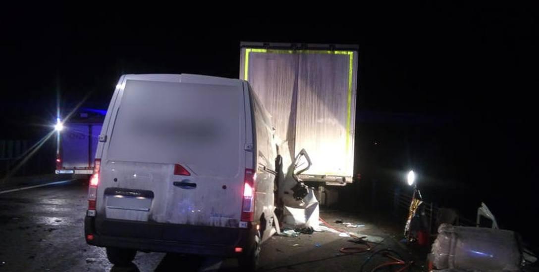 Renault master uderzył w tył stojącego już na pasie awaryjnym ciężarowego dafa. Zginęła jedna osoba jadąca tym pojazdem
