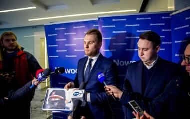 Poseł Krzysztof Truskolaski (pierwszy z lewej) zdjęcia z marszu pokazywał na konferencji w lutym.