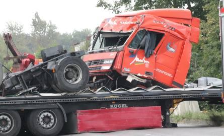 Wypadek ciężarówki w Chruszczobrodzie. To cud, że kierowca wyszedł z opresji tylko z nielicznymi obrażeniami