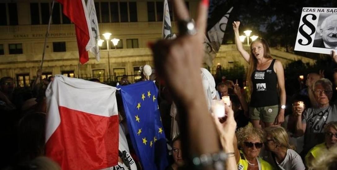 Reforma sądownictwa wywołała protesty w polskich miastach. Ostatecznie znowelizowane przepisy o SN weszły w życie.