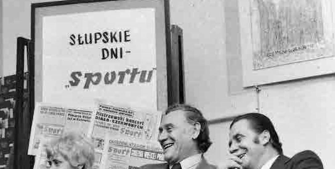 """Spotkanie z (od prawej) Gerardem Cieślikiem i Kazimierzem Górskim oraz ówczesną szefową Empiku Haliną Jarominiak. W tle tapeta z egzemplarzami """"Spor"""