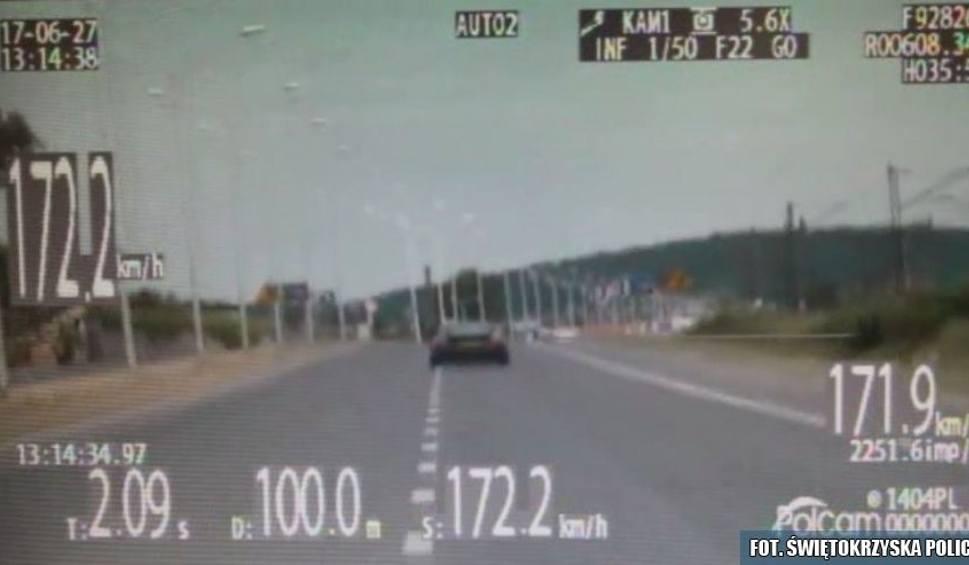 """Film do artykułu: Pirat drogowy w Kielcach. Ścigał się z policją. Pędził ponad """"stówę"""" za szybko! (WIDEO)"""